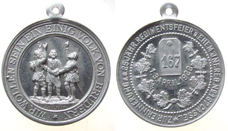 tragbare Medaille 1922 Städte Aluminium Cassel - 25.jährige Regimentsfeier d.ehem. Jnf.Reg.No. 162, drei Männer beim Schwur / Schulterstück mit 167, v. J. u. vz