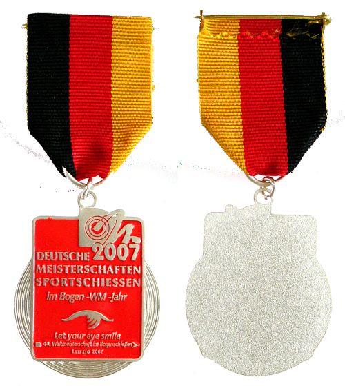 Teilnehmermedaille am Band 2007 Schützen nach 1945 -- Deutsche Meisterschaften - Sportschießen im Bogen, ca. 35,5 x 39,2 MM vz-stgl