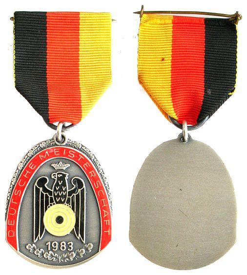 Teilnehmerplakette am Band 1983 Schützen nach 1945 -- Deutsche Meisterschaft 1983, ca. 34 x 43 MM vz-stgl