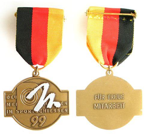 Teilnehmerplakette am Band 1999 Schützen nach 1945 -- Deutsche Meisterschaft 1999, für treue Mitarbeit, ca. 43 x 35 MM vz-stgl