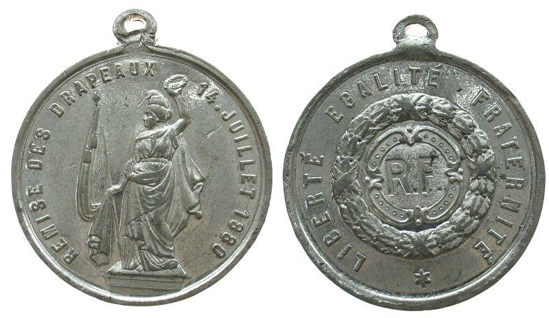 tragbare Medaille 1880 Frankreich Zinn Flaggenparade am 1. Nationalfeiertag, stehende Frauenestalt mit Kranz und Flagge / R.F. im Kranz, ca. 33,5 MM vz