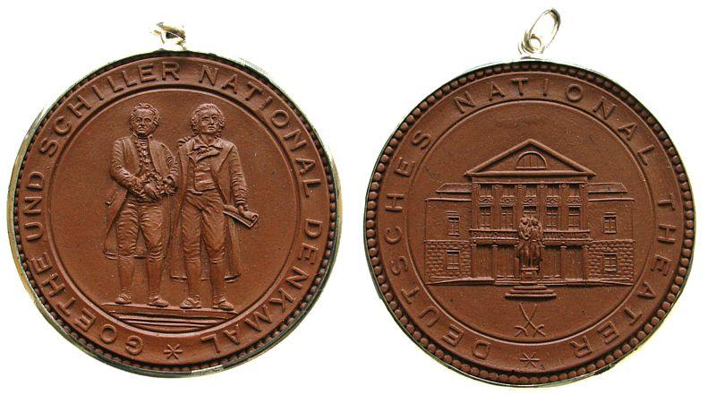 Medaille o.J. Porzellan Porzellan Goethe (1749-1832), auf das Goethe - Schiller Denkmal / Theatergebäude, Weimar, Scheuch 2287, im Tragring gefaßt vz-stgl