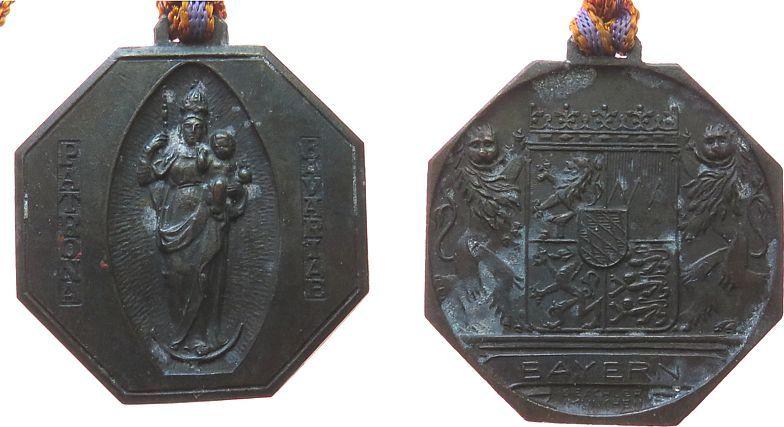 tragbare Plakette o.J. Reformation / Religion Bronze Ludwig II. (1864-1886) - Patrona Bavaria, Mariensäule / Wappen, v. Deschler, ca. 36,2 MM, mit Band, etwas fleckig vz