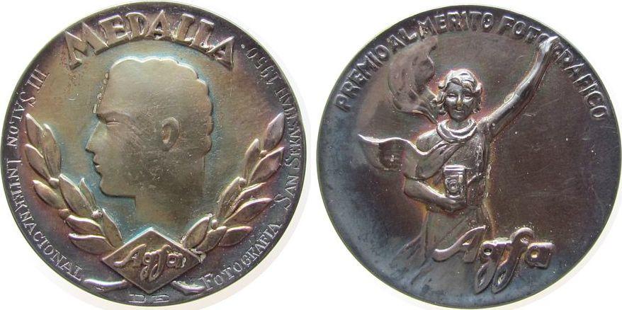 Medaille 1950 Spanien -- Internationale Fotoausstellung in San Sebastian, Agfa, Kopf nach links / Frau mit Fotoapparat, ca. 49,5 MM, ca. 74.28 Gramm, vz
