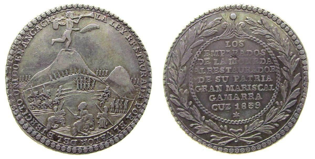 Medaille zu 4 Reales 1839 Peru Silber auf den Sieg von General Gamarras, Genius mit Posaune über Schlachtszene / Mehrzeiler im Kranz, ca. 33 MM, ca. 13.32 Gram ss