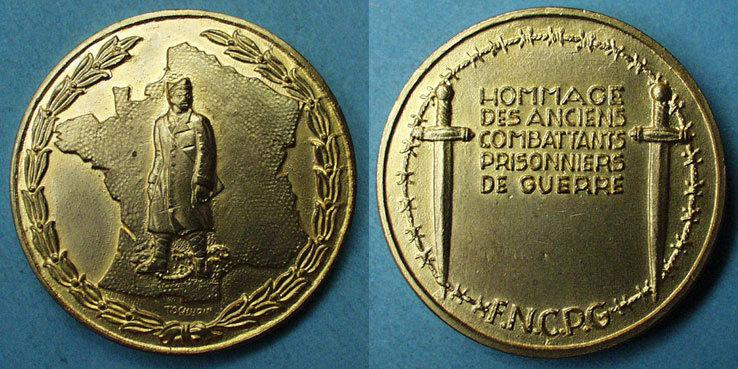 MEDAILLEN Fédération Nationale des Combattants Prisonniers de Guerre. Médaille en bronze doré. 46,6 mm Dans son écrin d'origine, marqué F.N.C.P.G., vz