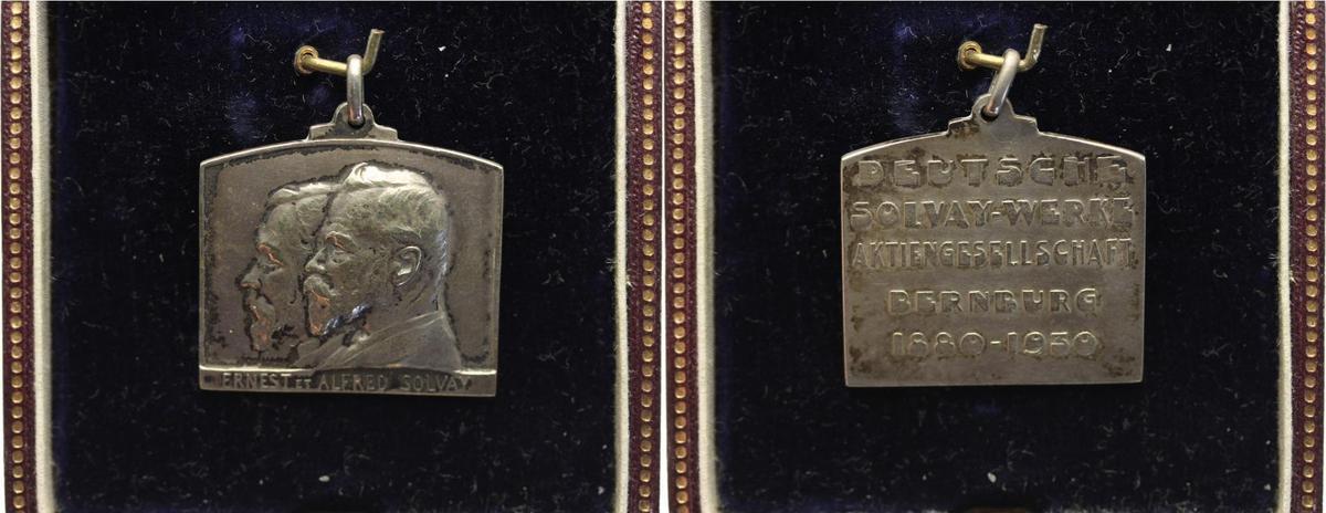 Plakette 15.3.41 Anhalt-Bernburg, Stadt Deutsche Solvay Werke 1881-2000. Im original Etui ! RR ! fast vorzüglich